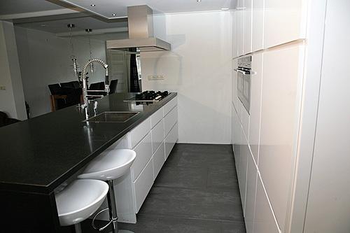 Moderne Hoogglans Witte Keuken Met Een Granieten Aanrechtblad Moderne ...
